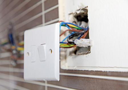پریز برق قدیمی یکی از موارد خطرناک و دردسرساز در سیم کشی برق ساختمان